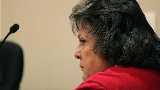 En esta foto del 8 de diciembre del 2015, la ex secretaria de estado de New Mexico, Dianna Durán, durante una audiencia en Santa Fe. fue sentenciada el lunes 14 de diciembre del 2015 a 30 días de cárcel por canalizar fondos de su cuenta electoral a su adicción por el juego. (AP Foto/Susan Montoya Bryan, Archivo)