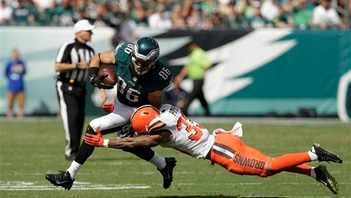 Eagles tight end Zach Ertz eludes a tackle attempt by Browns safety Jordan Poyer during the Eagles' 29-10 win Sunday.