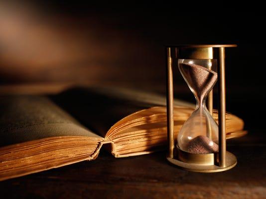vecchia clessidra e libro antico