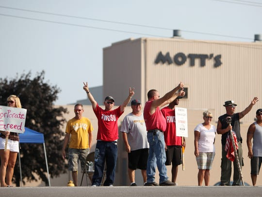 Mott's employees strike during the 101st day in protest