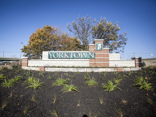 The Yorktown Gateway sign in the northbound exit of