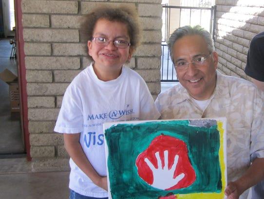 El artista Frank Ybarra y uno de los niños participantes