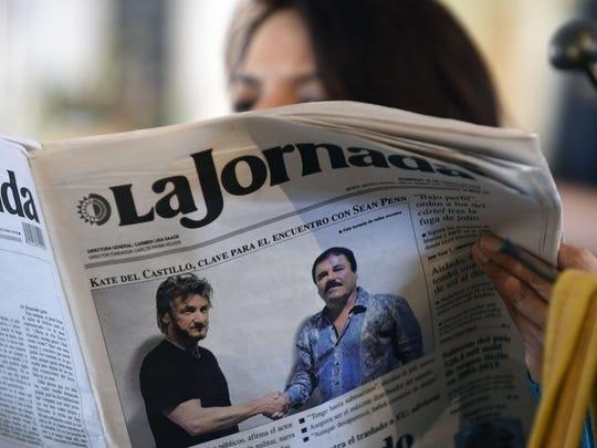 Una mujer lee el periódico el 10 de junio de 2016, que muestra la entrevista del capo con el actor Sean Penn.