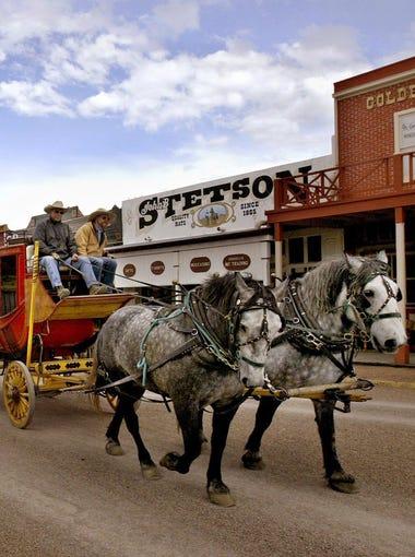 Los turistas pueden disfrutar de un tour en carruaje por  Tombstone.