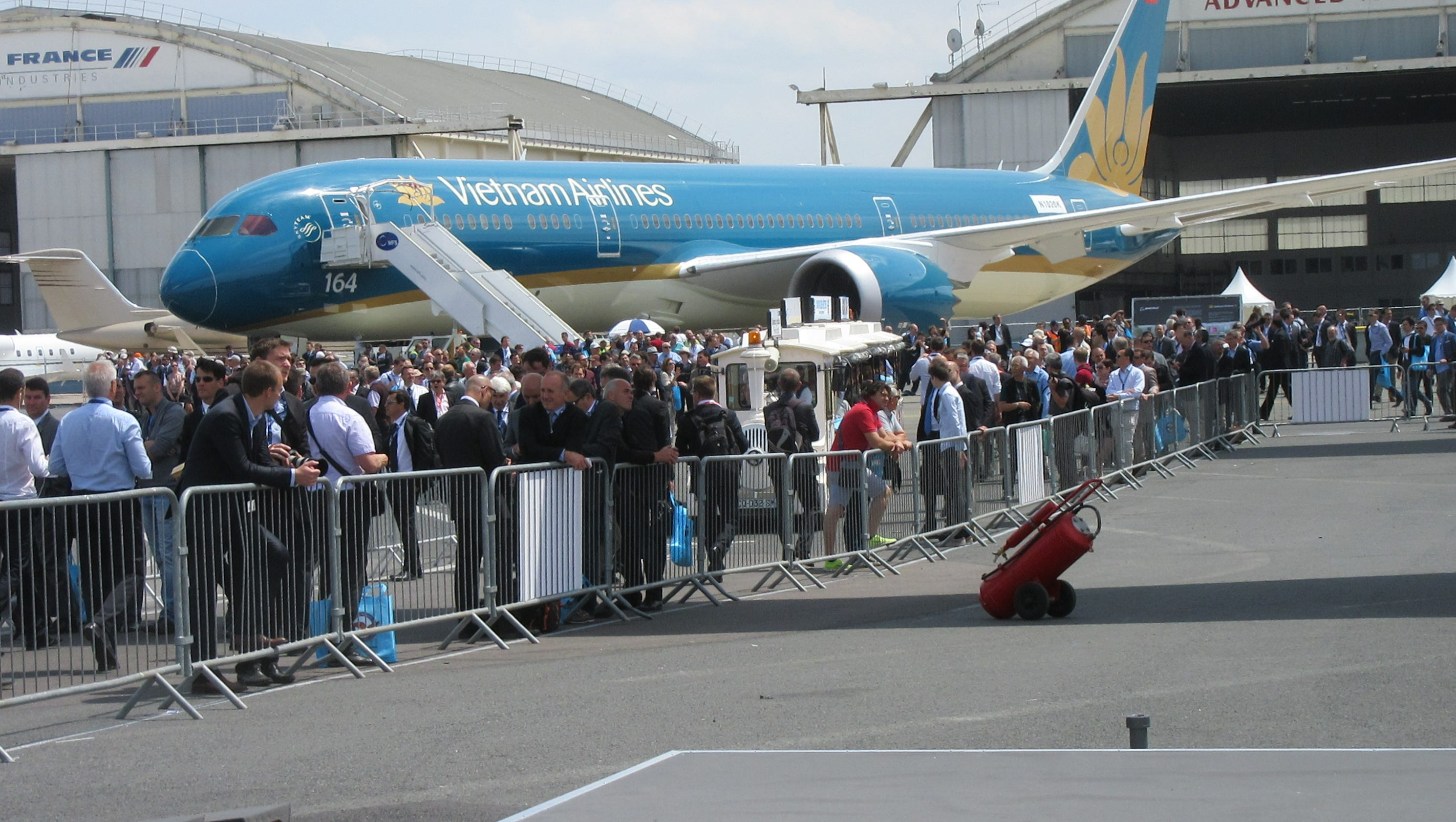 Scenes from the 2015 paris air show day 2 for Air show paris 2015