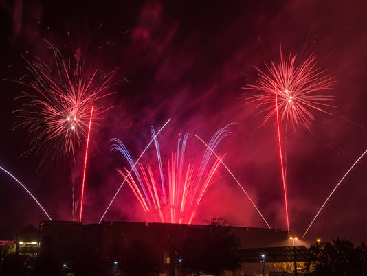635812378819098740-Homecoming-Fireworks-2015-bwilchusky-7626