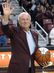 Robin Zielinski/Sun-News Lou Henson waves to the crowd