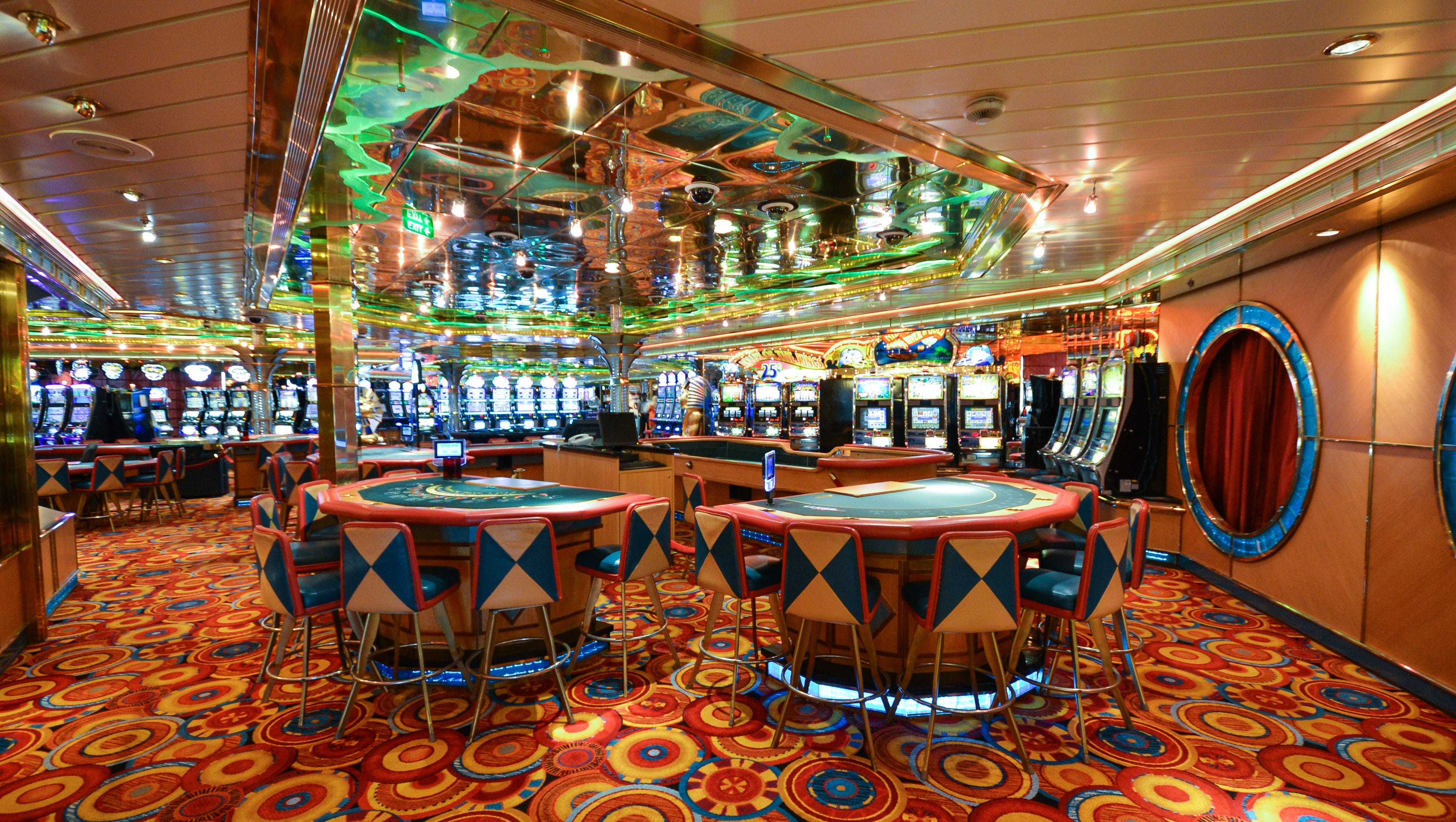 Located on Deck 5, Casino Royale spans a large area between the Palladium Theater and the Centrum.
