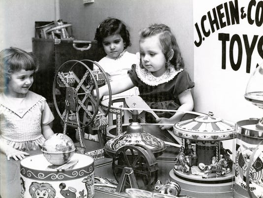 636153879515500919-J-Chein-Ferris-Wheel-merry-go-rund-top-etc.-with-children-terying-them-out-002.jpg