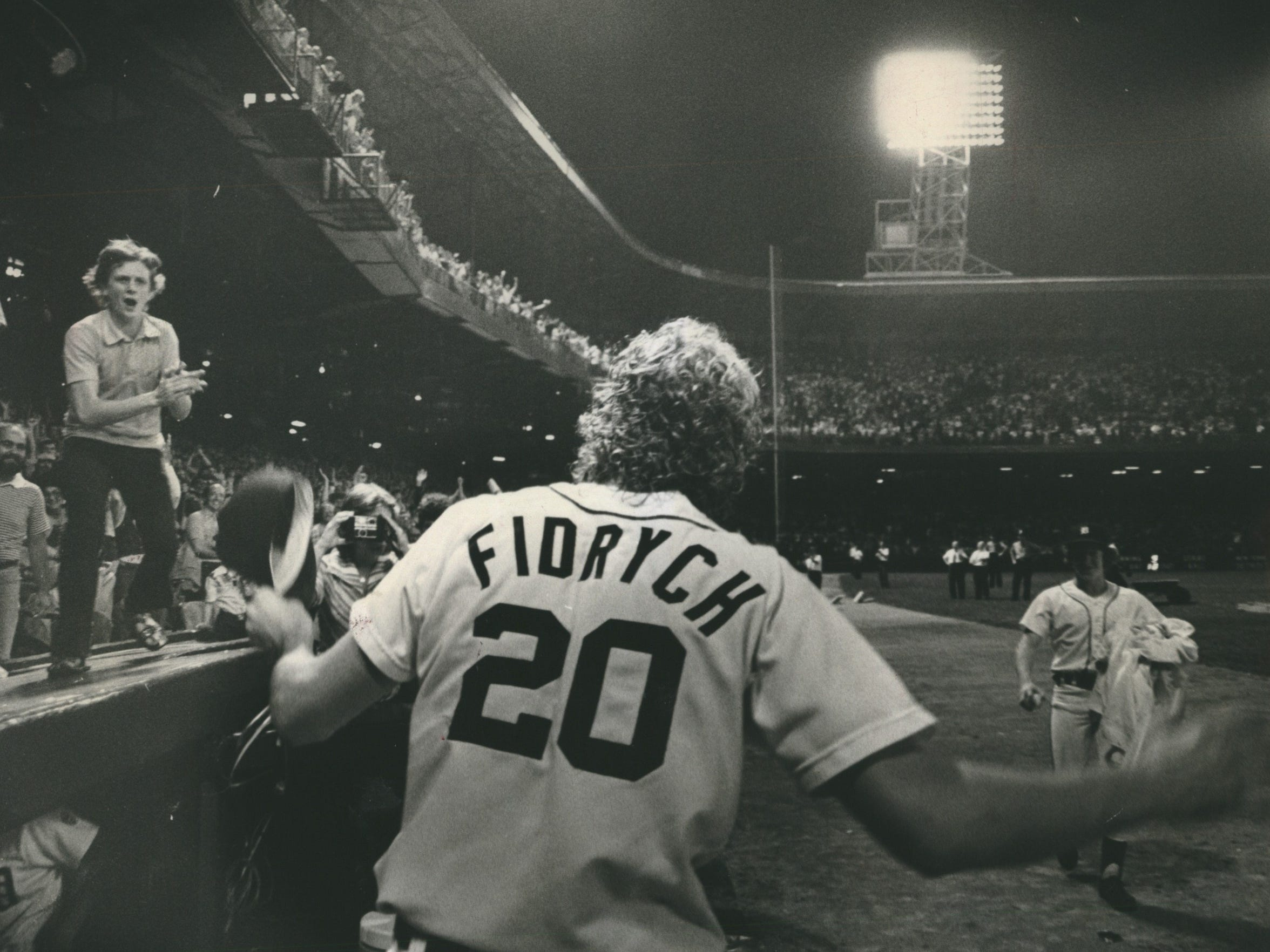 Mark Fidrych answers cheering crowd of 47,853 at Tiger