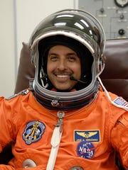 El astronauta José Hernández se prepara para volar