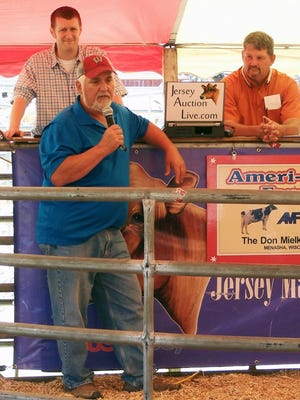 With pedigree reader Dan Bauer and auctioneer Lynn Lee in the background, Don Mielke shared a few thoughts with the crowd before the Ameri-Milk Jerseys dispersal auction on Saturday, June 10.