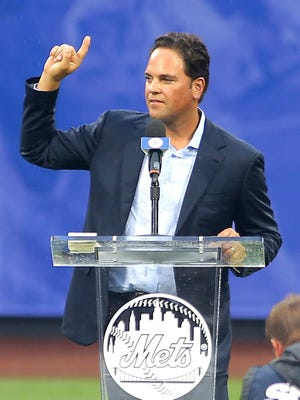 Mike Piazza addresses the crowd at Citi Field.