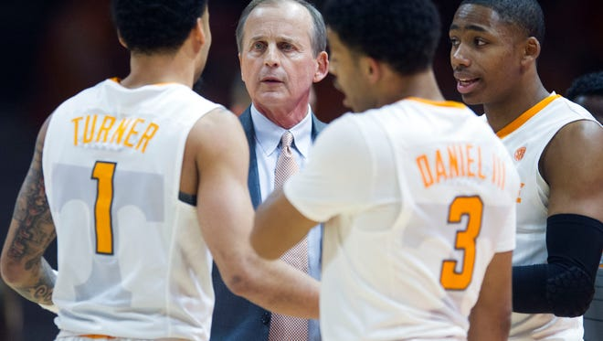 Tennessee head coach Rick Barnes talks with the team during the game against Auburn on Tuesday, January 2, 2018.