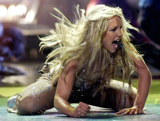 BRITNEY SPEARS SINGS AT MTV AWARDS