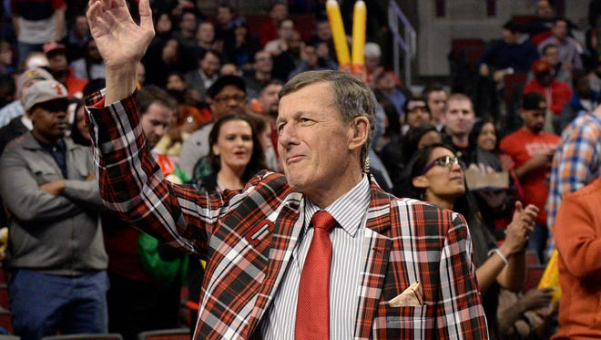 FILE - In this March 5, 2015, file photo, Craig Sager acknowledges the crowd during a timeout in an NBA basketball game between the Chicago Bulls and the Oklahoma City Thunder in Chicago. Longtime NBA sideline reporter Craig Sager has died at the age of 65 after a battle with cancer. Turner President David Levy says in a statement Thursday, Dec. 15, 2016, that Sager had died, without saying when or where. (AP Photo/David Banks, File)