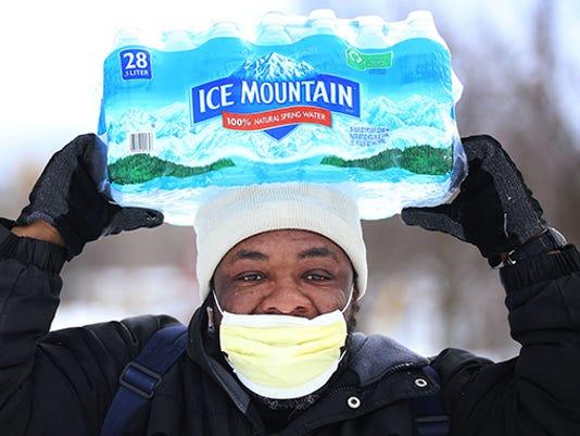 635955583070349813-Flint-bottled-water-person-carrying.jpg