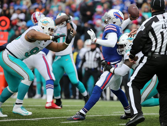 Bills quarterback Tyrod Taylor gets rid of the ball
