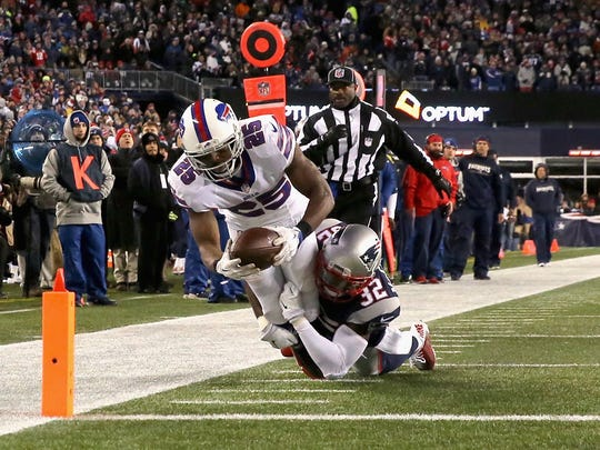 FOXBORO, MA - NOVEMBER 23:  LeSean McCoy #25 of the Buffalo Bills scores a touchdown during the third quarter against the New England Patriots at Gillette Stadium on November 23, 2015 in Foxboro, Massachusetts.  (Photo by Jim Rogash/Getty Images)