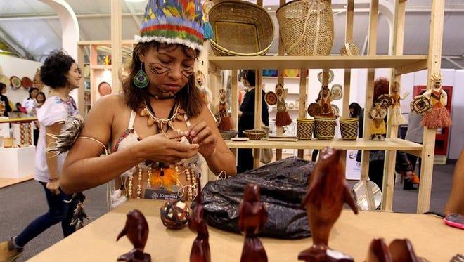 Una mujer indígena del Amazonas exhibe sus artesanías, este 5 de diciembre de 2016, durante la inauguración de la feria Expoartesanías 2016 en Bogotá (Colombia).