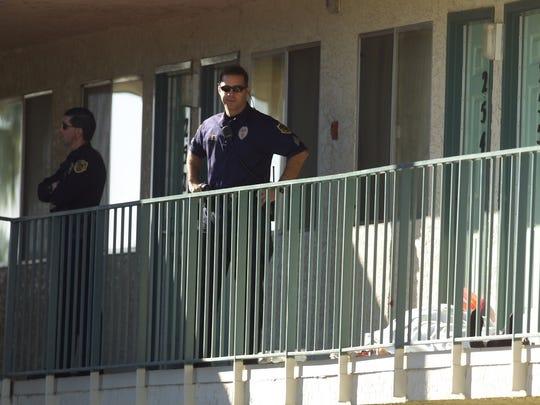 Agentes de ICE tocan la puerta de un cuarto de Motel 6 en Phoenix.