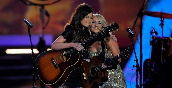 Kacey Musgraves and Lee Ann Womack sing Alan Jackson's 'Livin' On Love.'