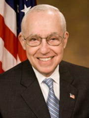 Michael_Mukasey,_official_AG_photo_portrait,_2007.jpg