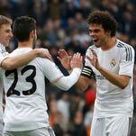 Isco es felicitado por sus compañeros, luego de marcarle un gol al Elche.
