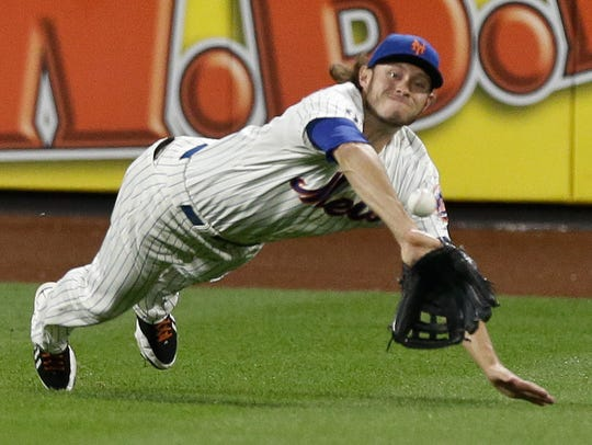 New York Mets center fielder Matt den Dekker (6) dives