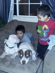 """Rei y Frankie jugando con """"Dopey"""" y """"Raider"""", las actuales"""