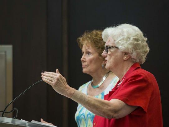 Helen Purcell (izq.), directora del registro, y Karen