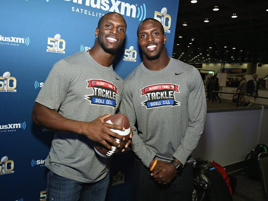 Jason McCourty of the Tennessee Titans (left) and Devin