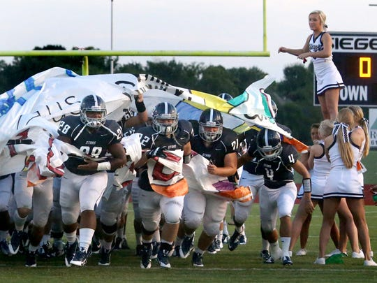 -1-Siegel enters field.jpg_20140910.jpg