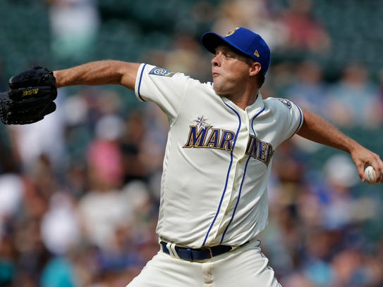 Seattle Mariners starting pitcher Andrew Albers throws