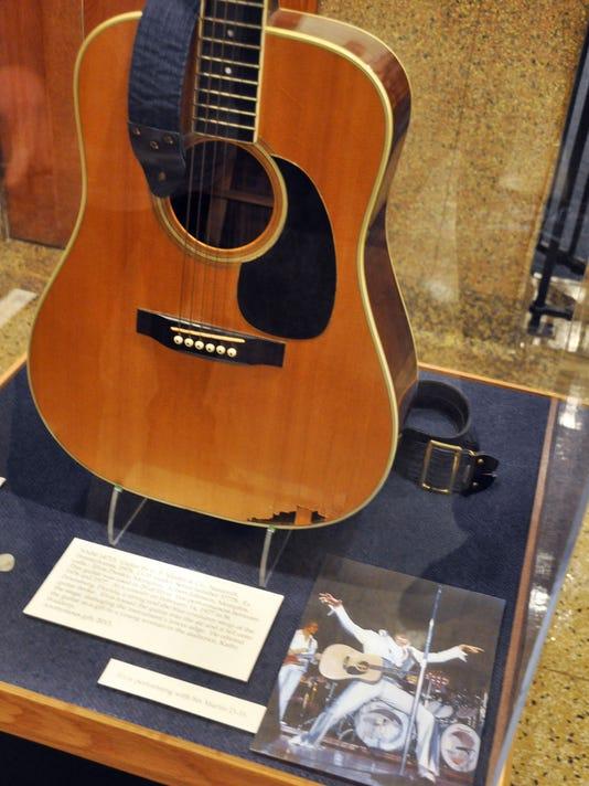 636057434623863226-Elvis-guitar.jpg