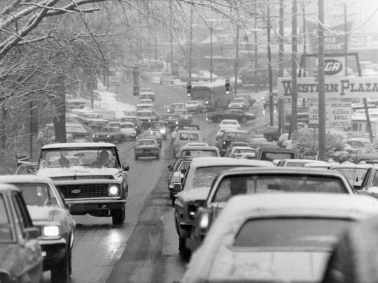 Snow falls on Kingston Pike on Jan. 6, 1978, near Western Plaza.