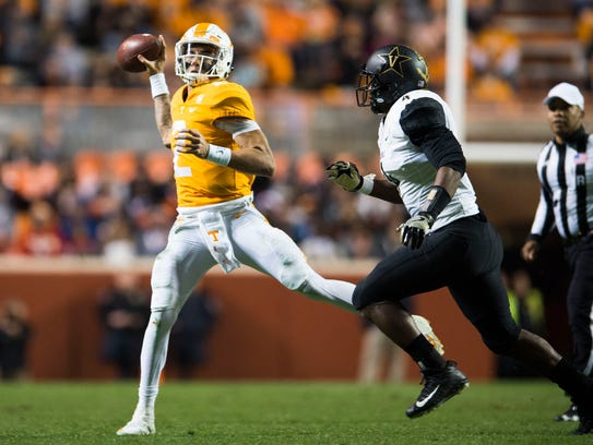 Tennessee quarterback Jarrett Guarantano (2) passes