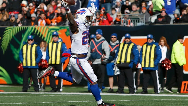 Buffalo Bills running back LeSean McCoy (25) runs in a touchdown in the first half of an NFL football game against the Cincinnati Bengals, Sunday, Nov. 20, 2016, in Cincinnati.