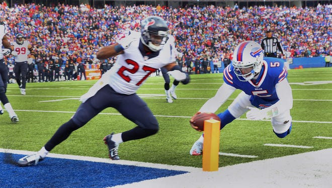 Bills quarterback Tyrod Taylor dives for the end zone ahead of Houston's Quintin Demps (27) on a 8 yard run.