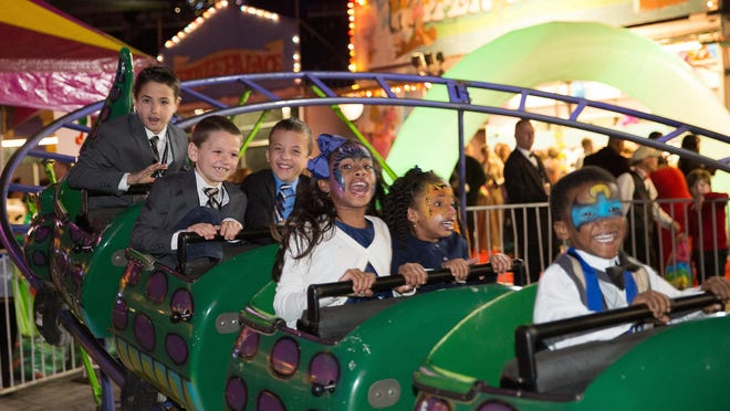 Guests enjoy an amusement park ride at Hob Nobble GobblePhoto by Aly Darin Photography