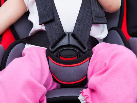 Los infantes deben de ir bien sujetados en el asiento