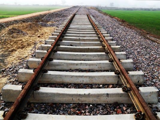 635924976056031630-train-tracks.jpg