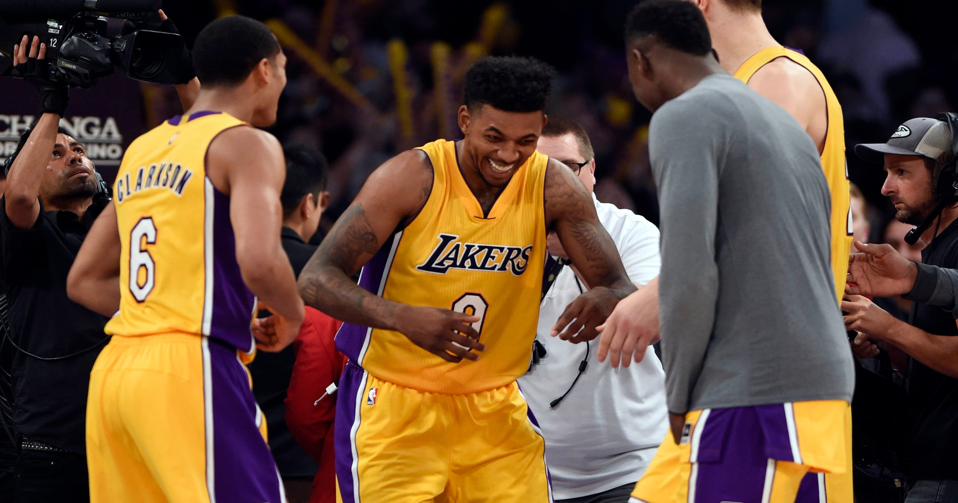 db3b94d703d8 Nick Young s late 3 lifts Lakers over Thunder