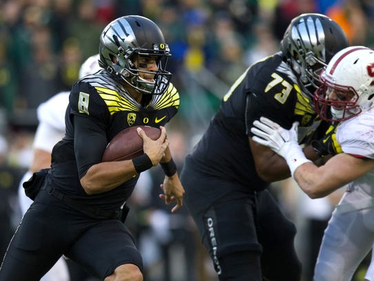 Marcus Mariota runs to the outside as Oregon offensive