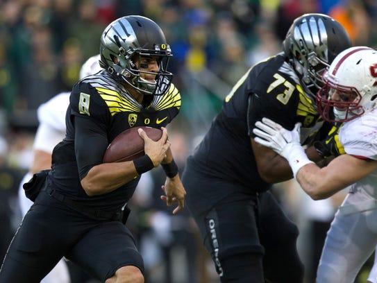 Marcus Mariota runs to the outside as Oregon offensive