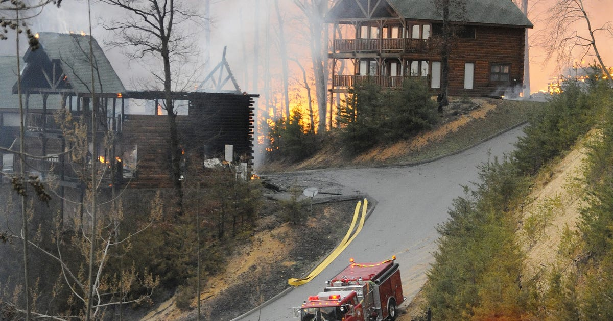 Wildfire burns cabins near Great Smoky Mountains park