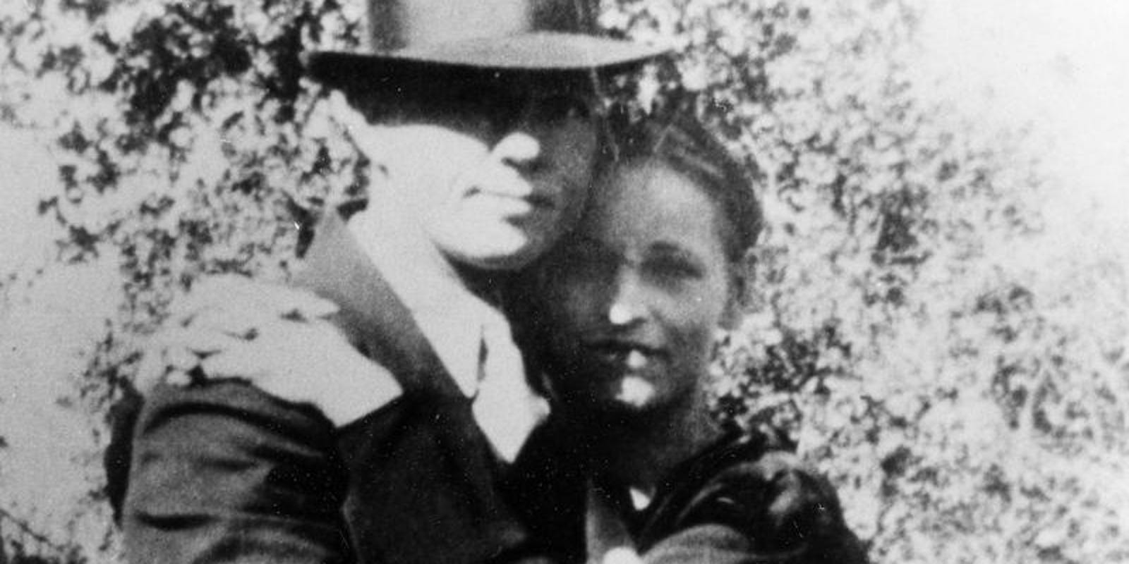 bonnie clyde analysis Bonnie parker and clyde barrow were notorious gangsters during this time beginning in 1932, the rebellious couple began a 21-month crime spree while traveling throughout the southwest and midwest.