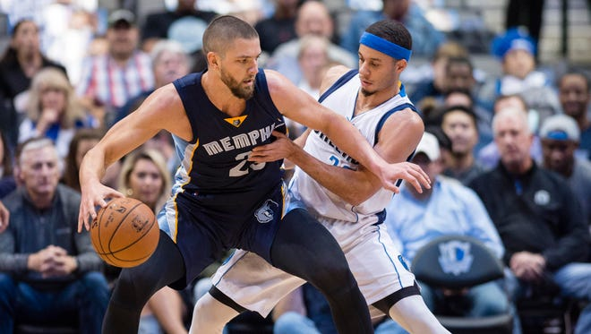 Dallas Mavericks guard Seth Curry (30) defends against Memphis Grizzlies forward Chandler Parsons (25) in a recent game. Parsons is still on minutes restrictions after multiple knee surgeries.