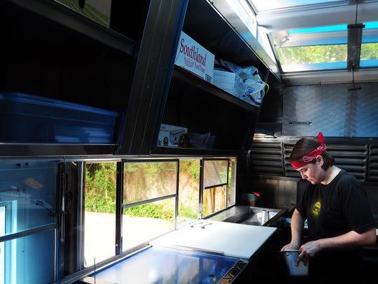 Caroline Perini makes sliders on her food truck, Easy