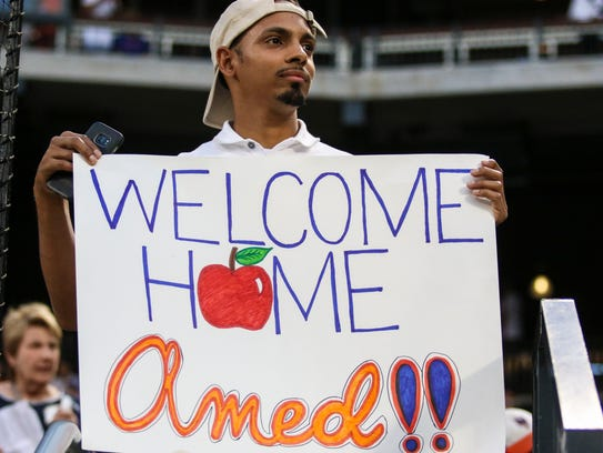 A fan with a sign welcoming New York Mets shortstop